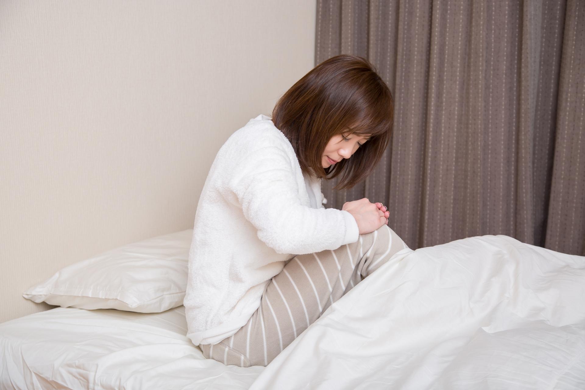朝に関節症状のある女性