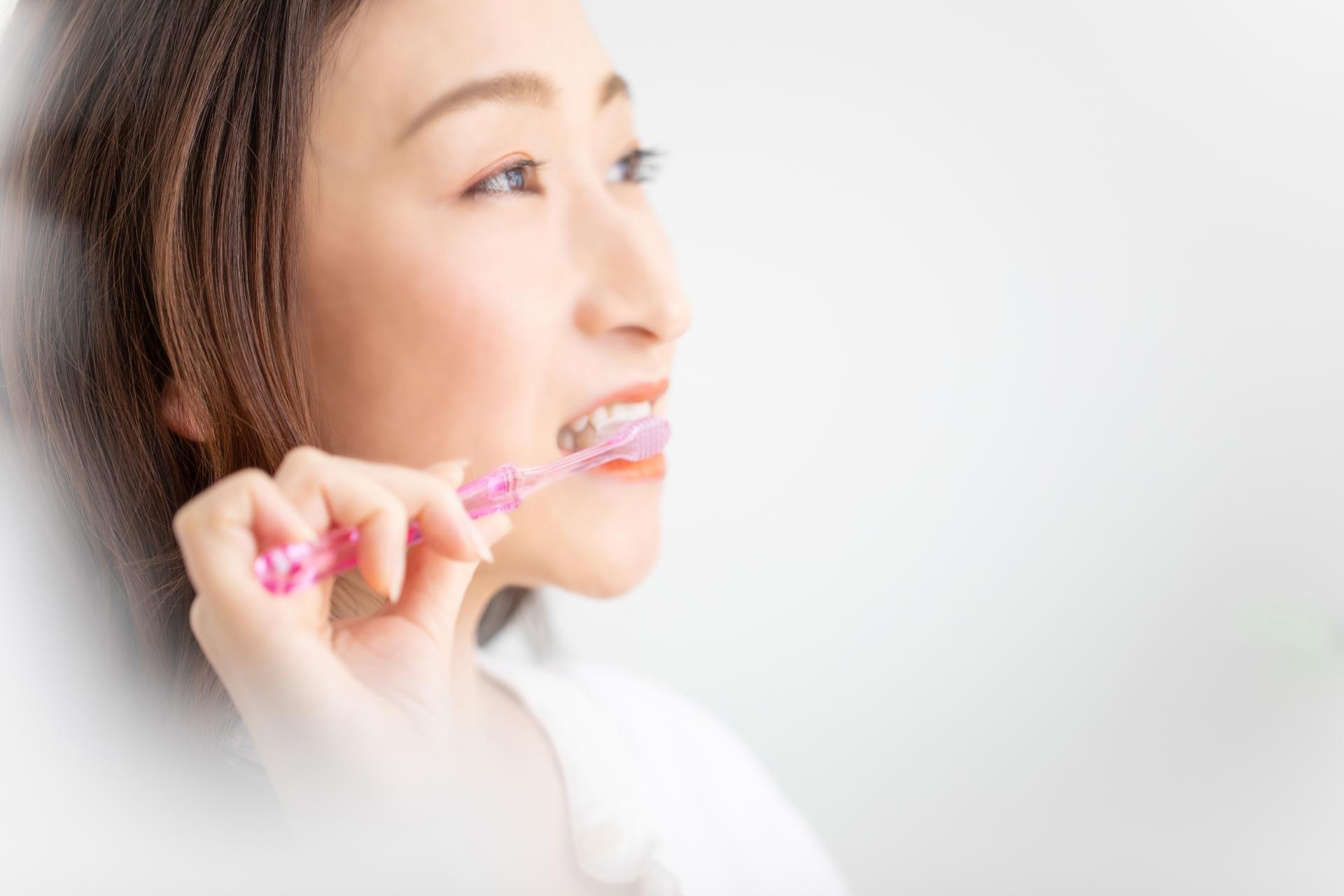 口腔ケアをする女性