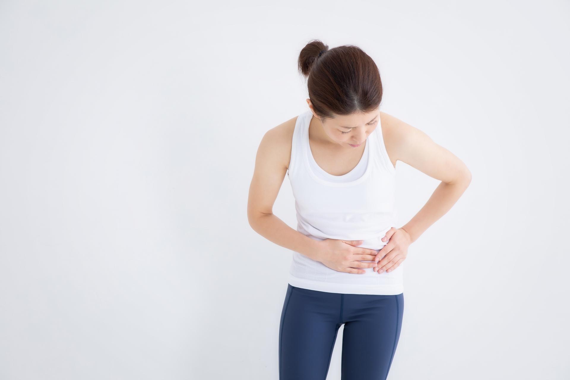 胆石症の痛みを感じる女性