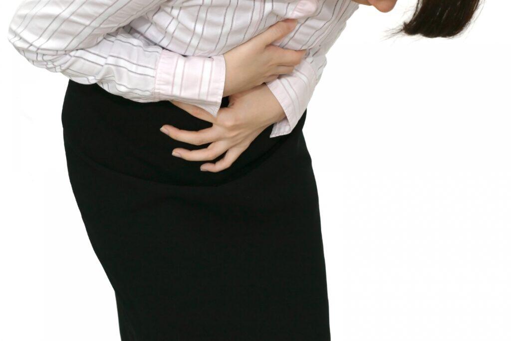 胆石症の痛みを訴える女性