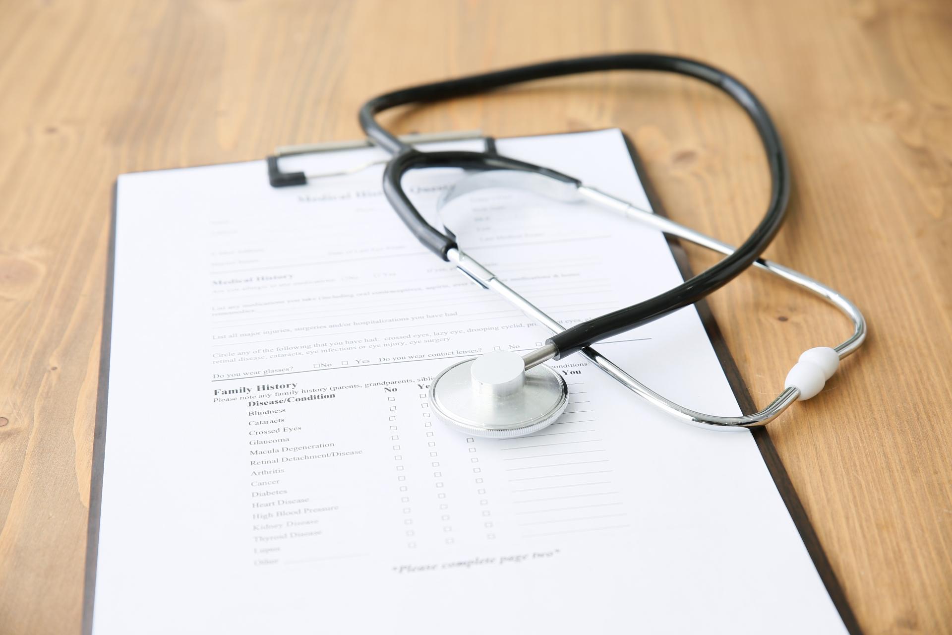 カルテと聴診器 診療方針