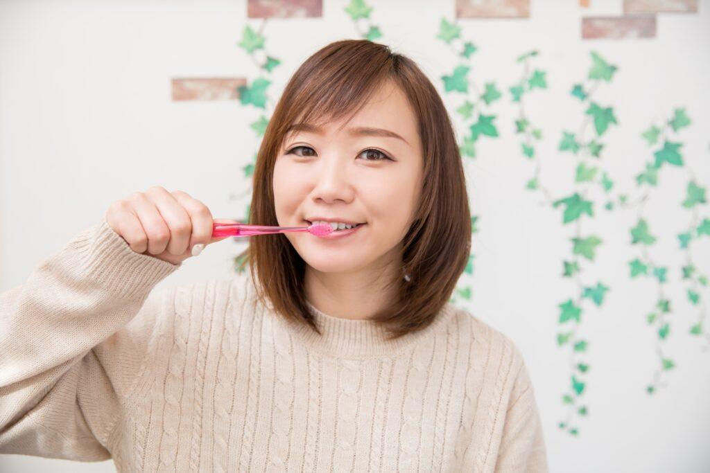 歯周病ケアをしている女性