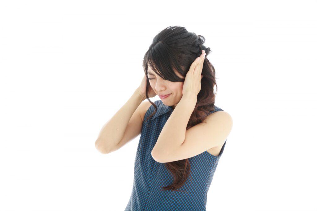 耳鳴りに苦しむ女性