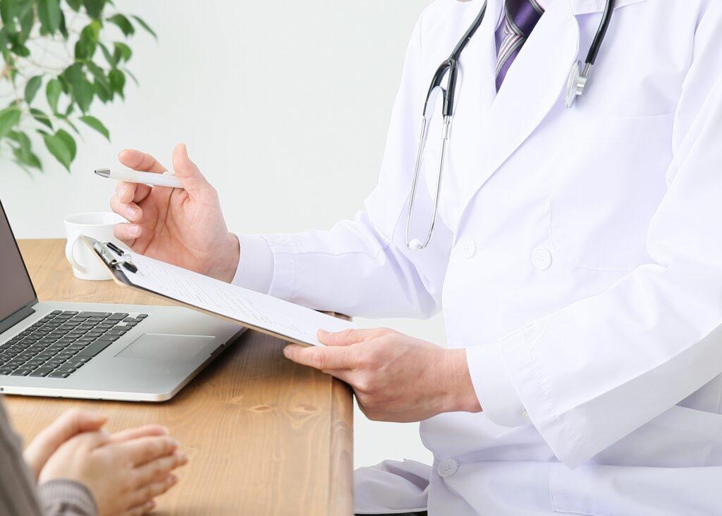 腸閉塞とイレウスの診断をする医師