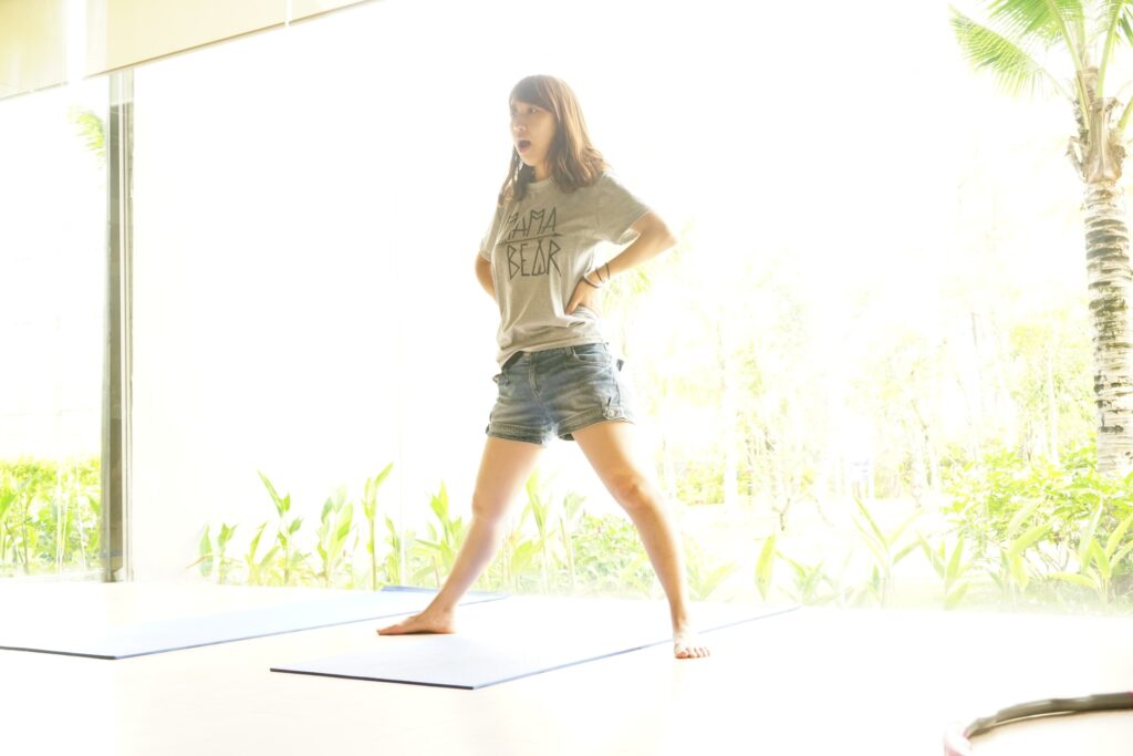 ドローインで体幹トレーニングをする女性