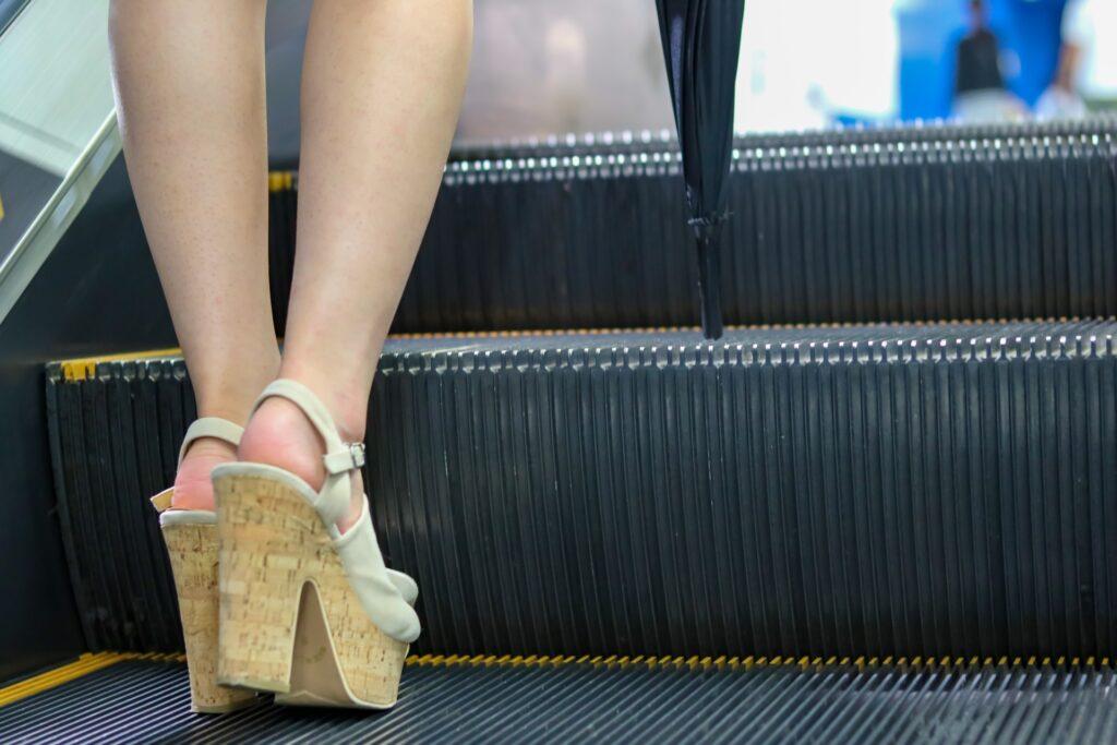 エスカレーターに乗る女性