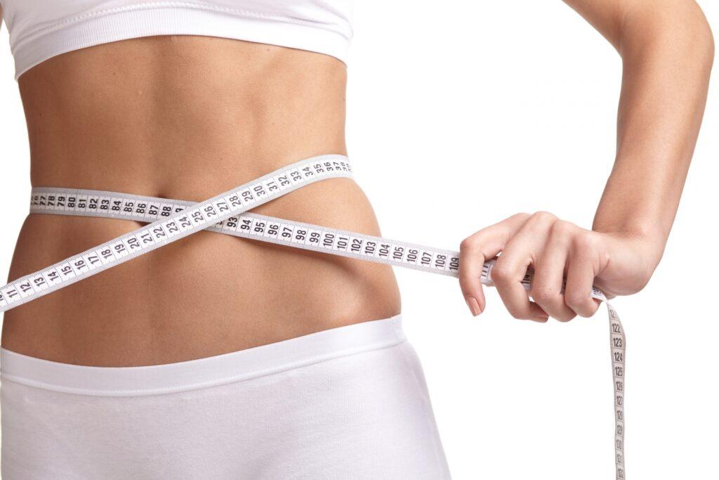 GWにダイエットでウエストを測る女性