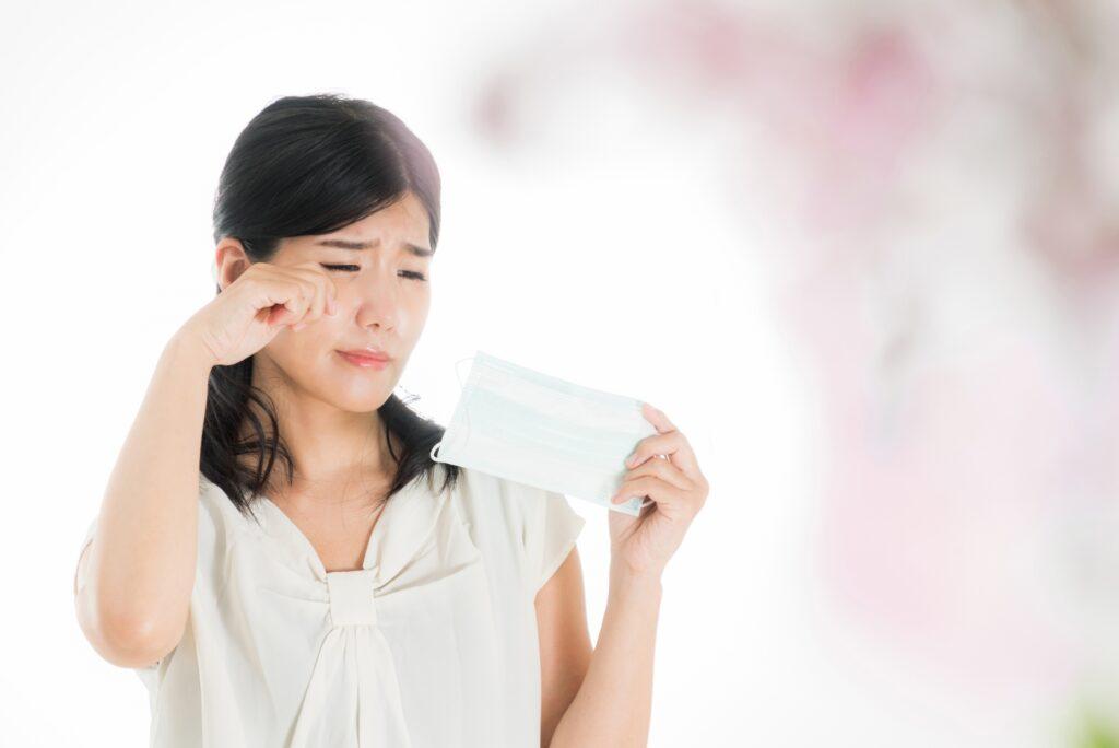花粉症の症状目の痒みを感じる女性