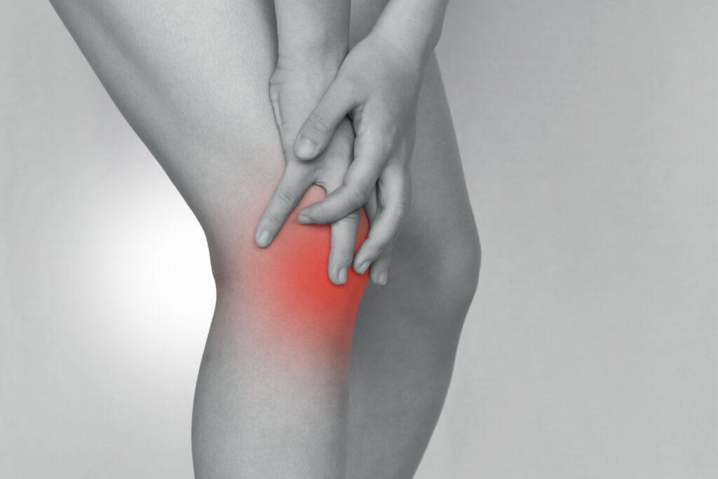 膝の痛みを抱える女性の足