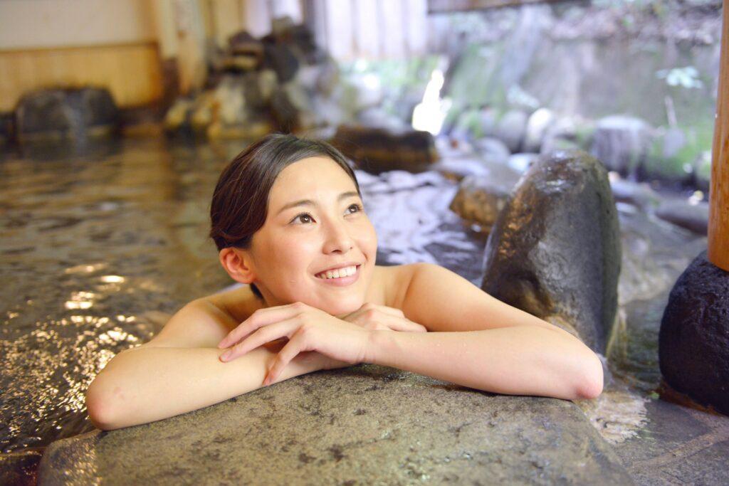 更年期のむくみの解消に入浴する女性