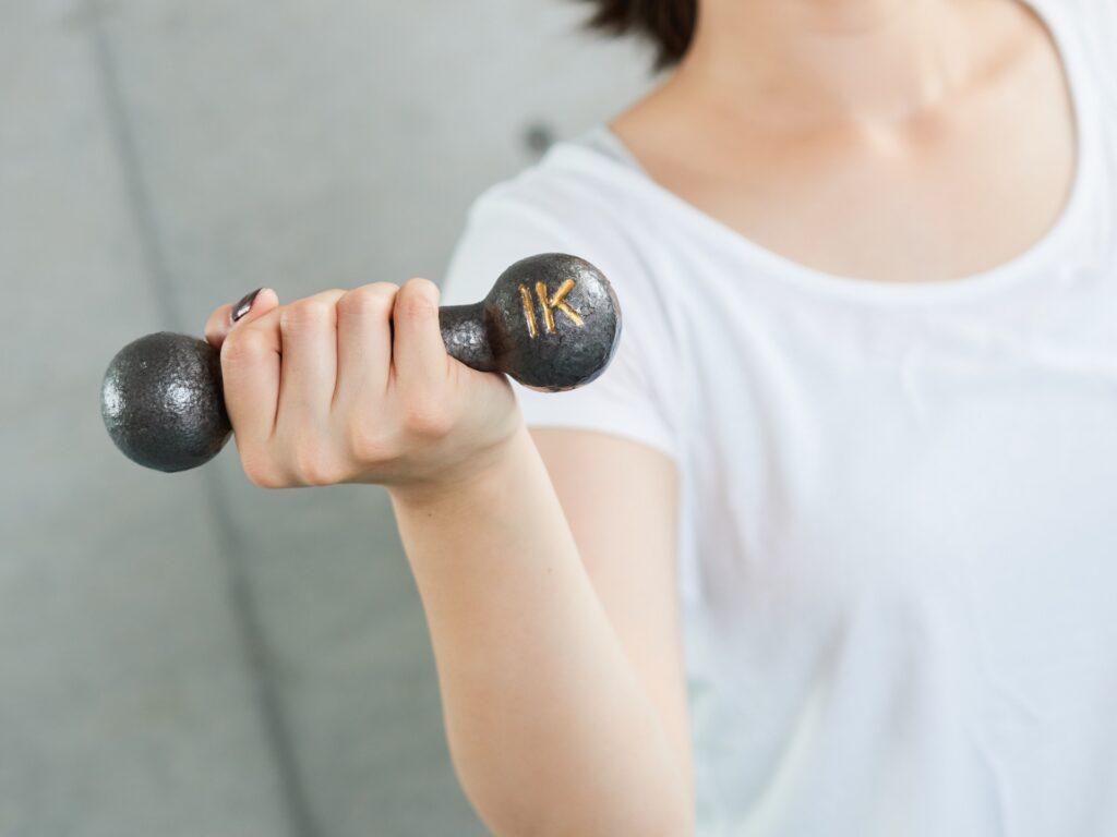 筋力の低下を気にする女性
