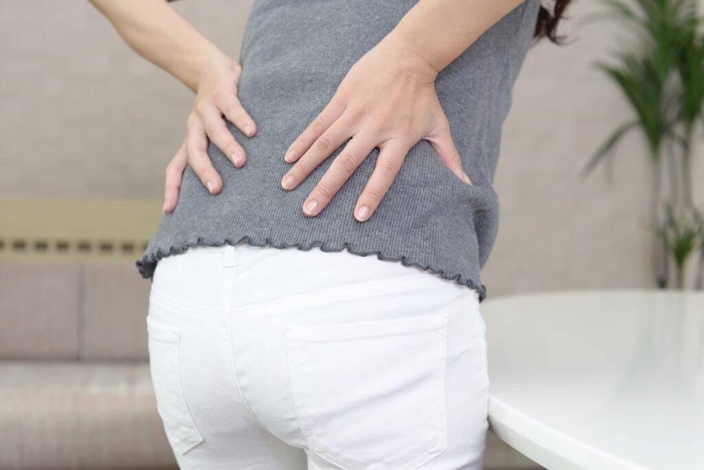 姿勢による腰痛に悩む女性