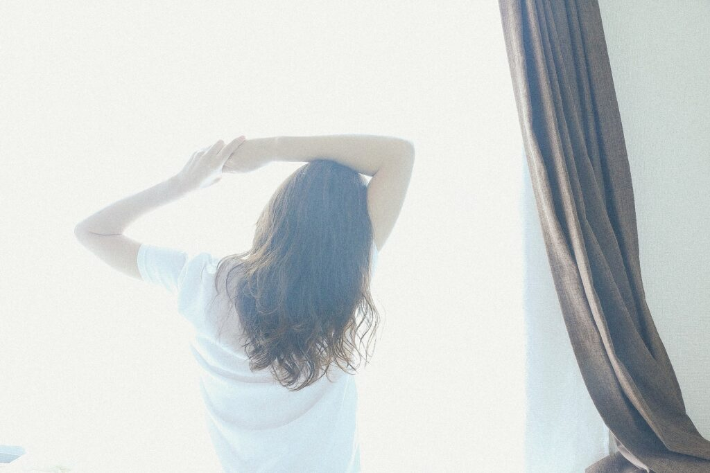 睡眠トラブルを解消して気持ちの良い朝を迎える女性