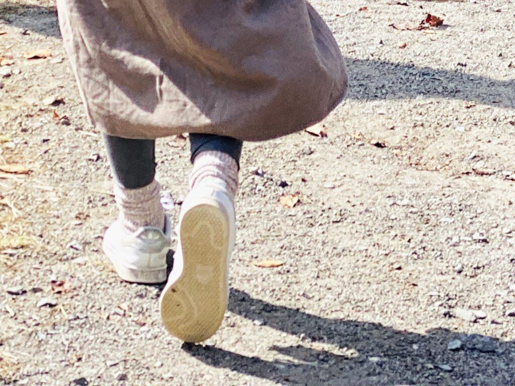 ウォーキングする女性の足