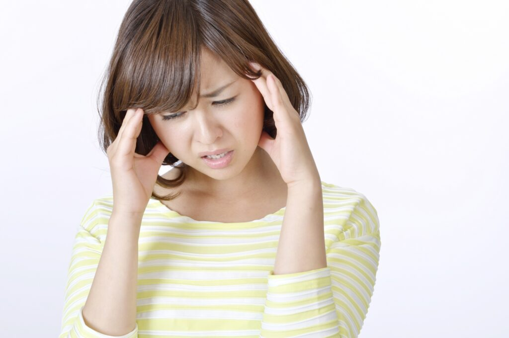梅雨の頭痛に悩まされる女性