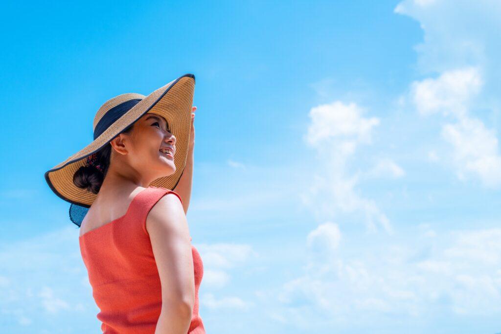 紫外線のトラブル 紫外線を浴びる女性