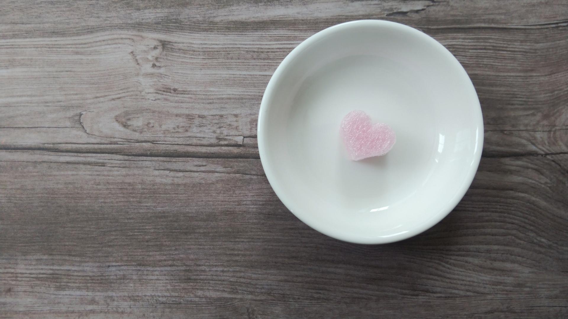 セロトニンをアップさせる栄養イメージ 皿