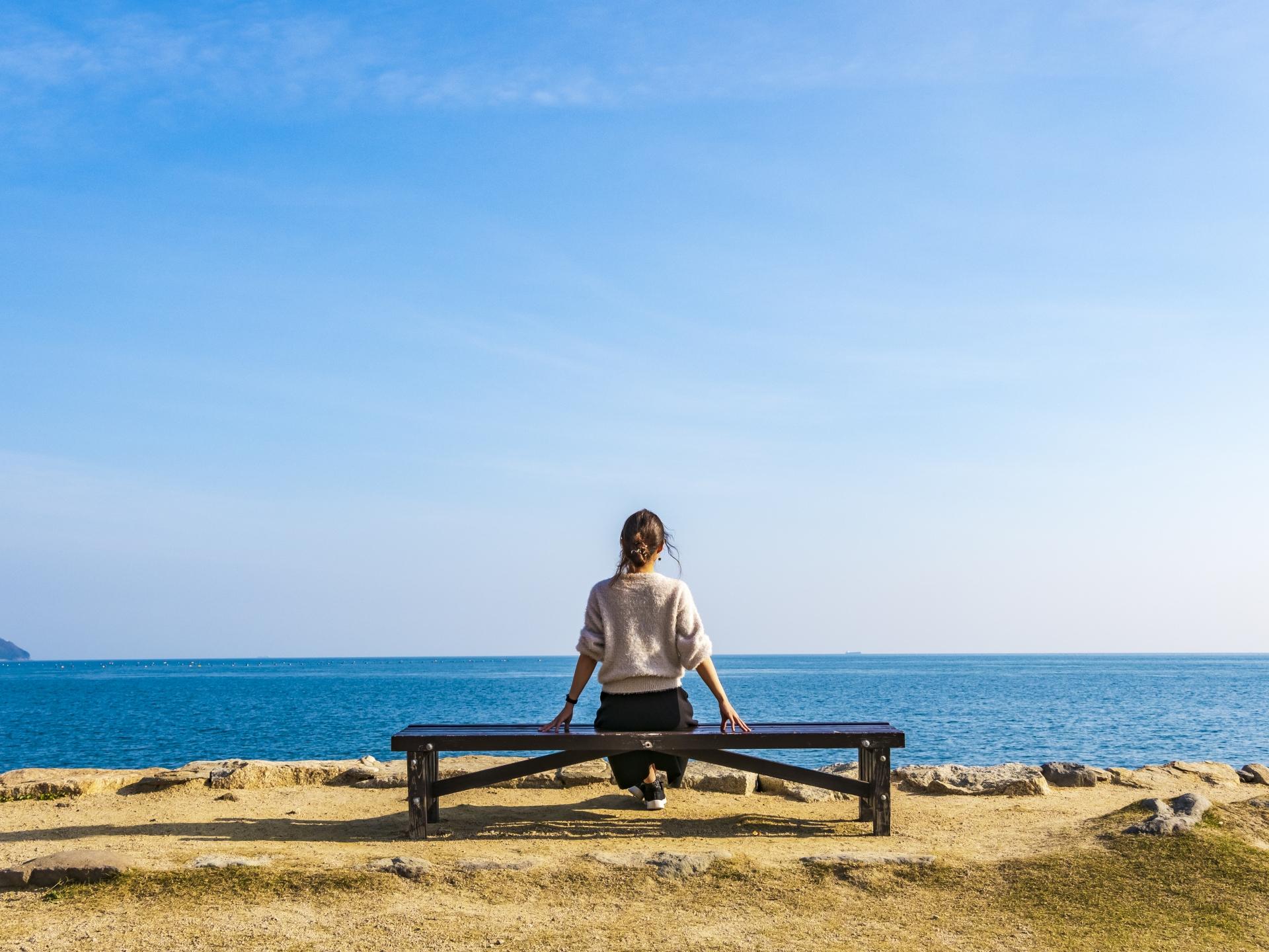 自然の中で休憩する女性