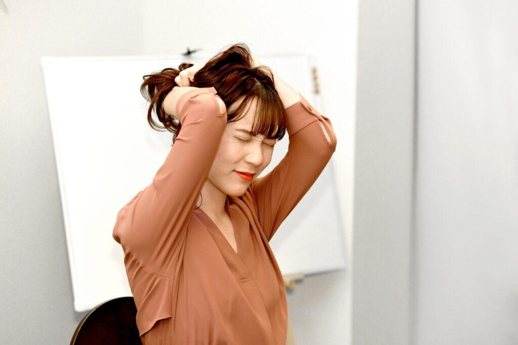 湿気で髪がまとまらない女性