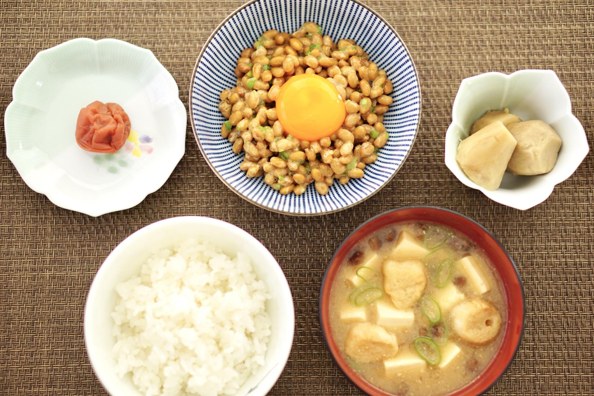 朝食 納豆とご飯と味噌汁