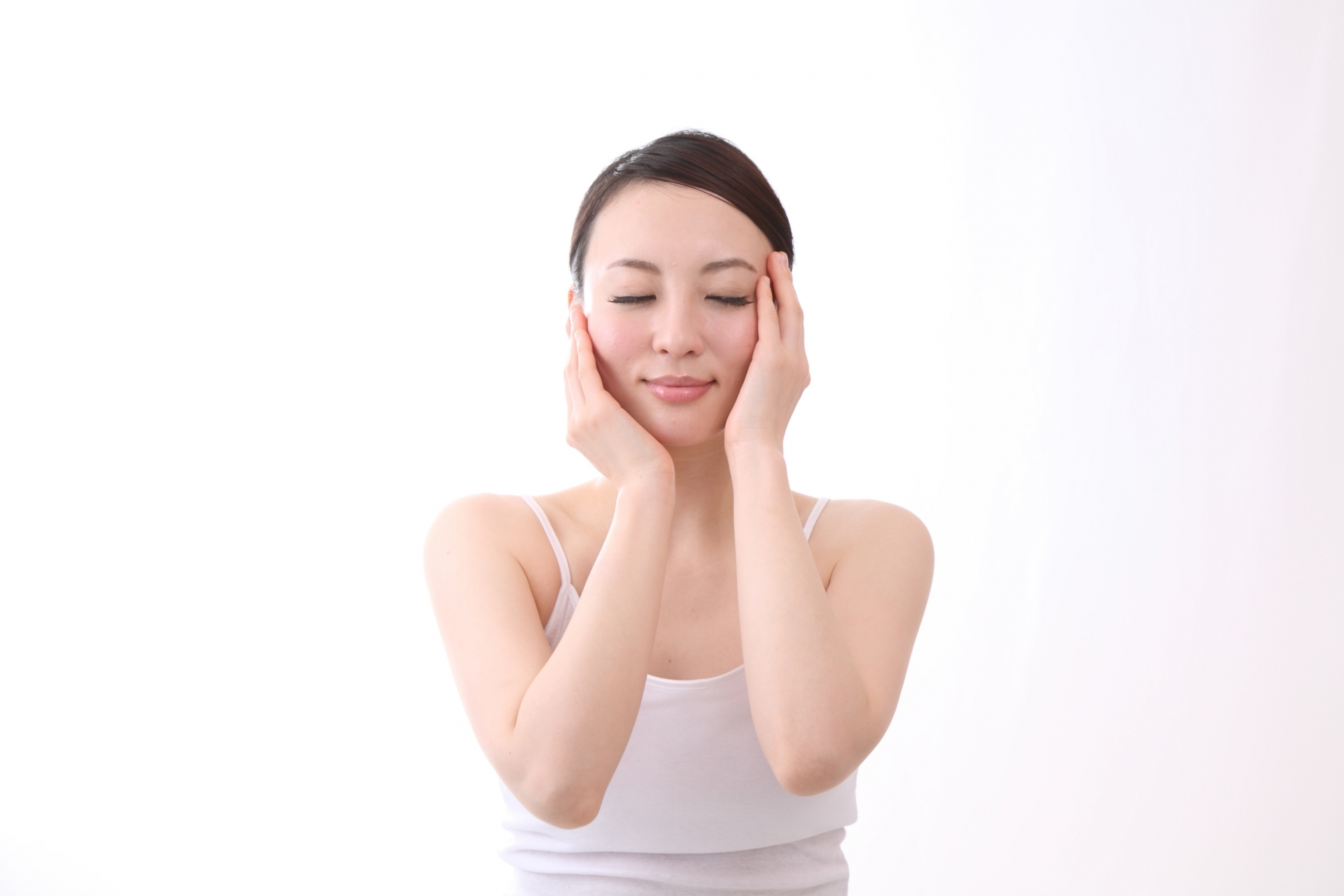 化粧品節約でシンプルケアをする女性