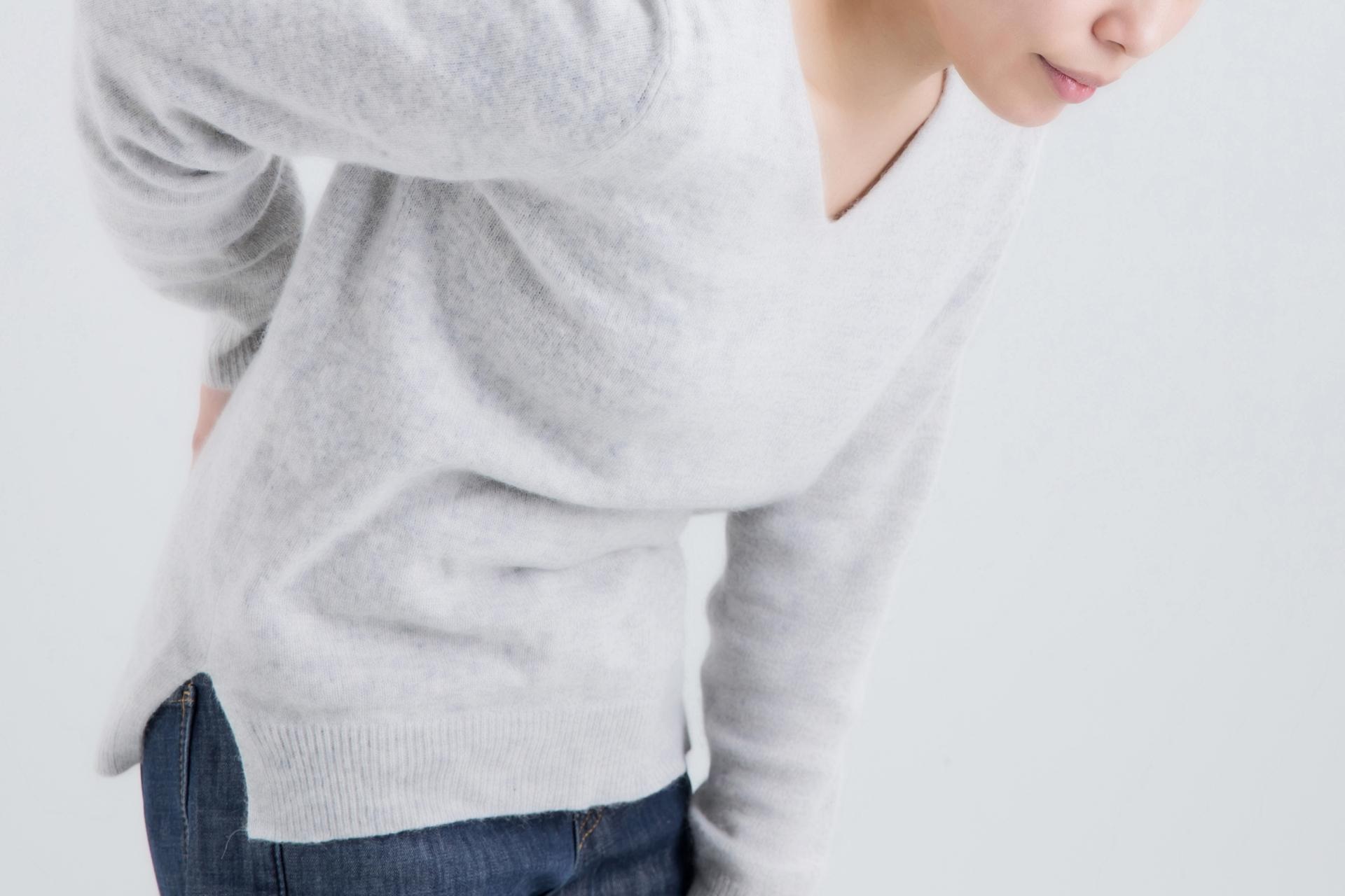 急性膵炎 背中の痛みを感じる女性
