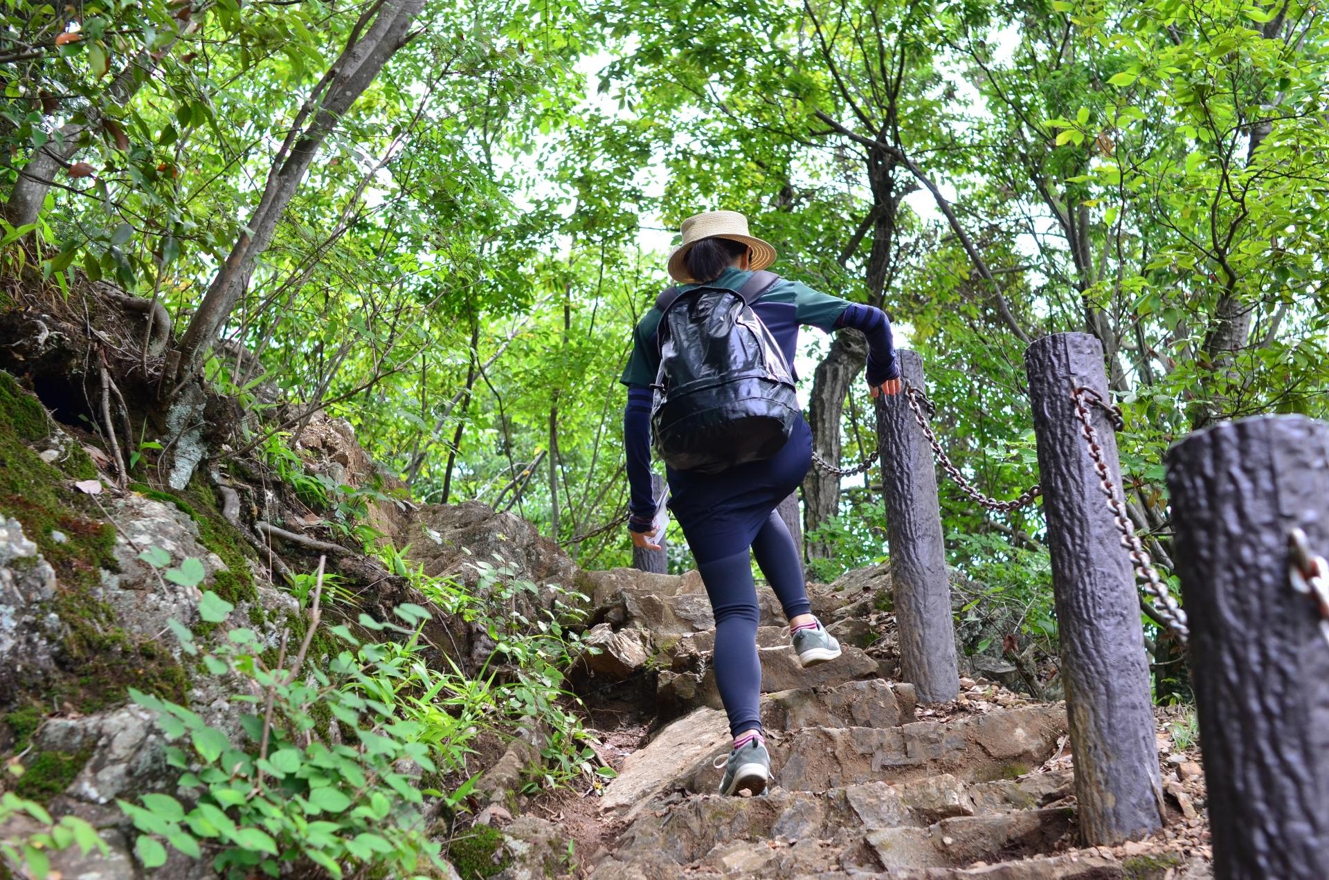 登山をする女性