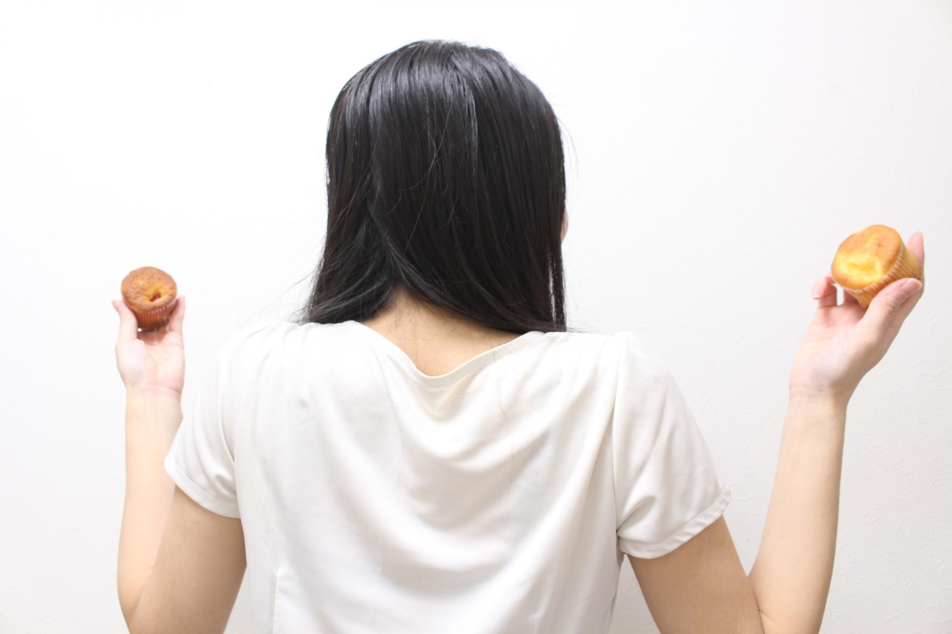 暴飲暴食をする女性