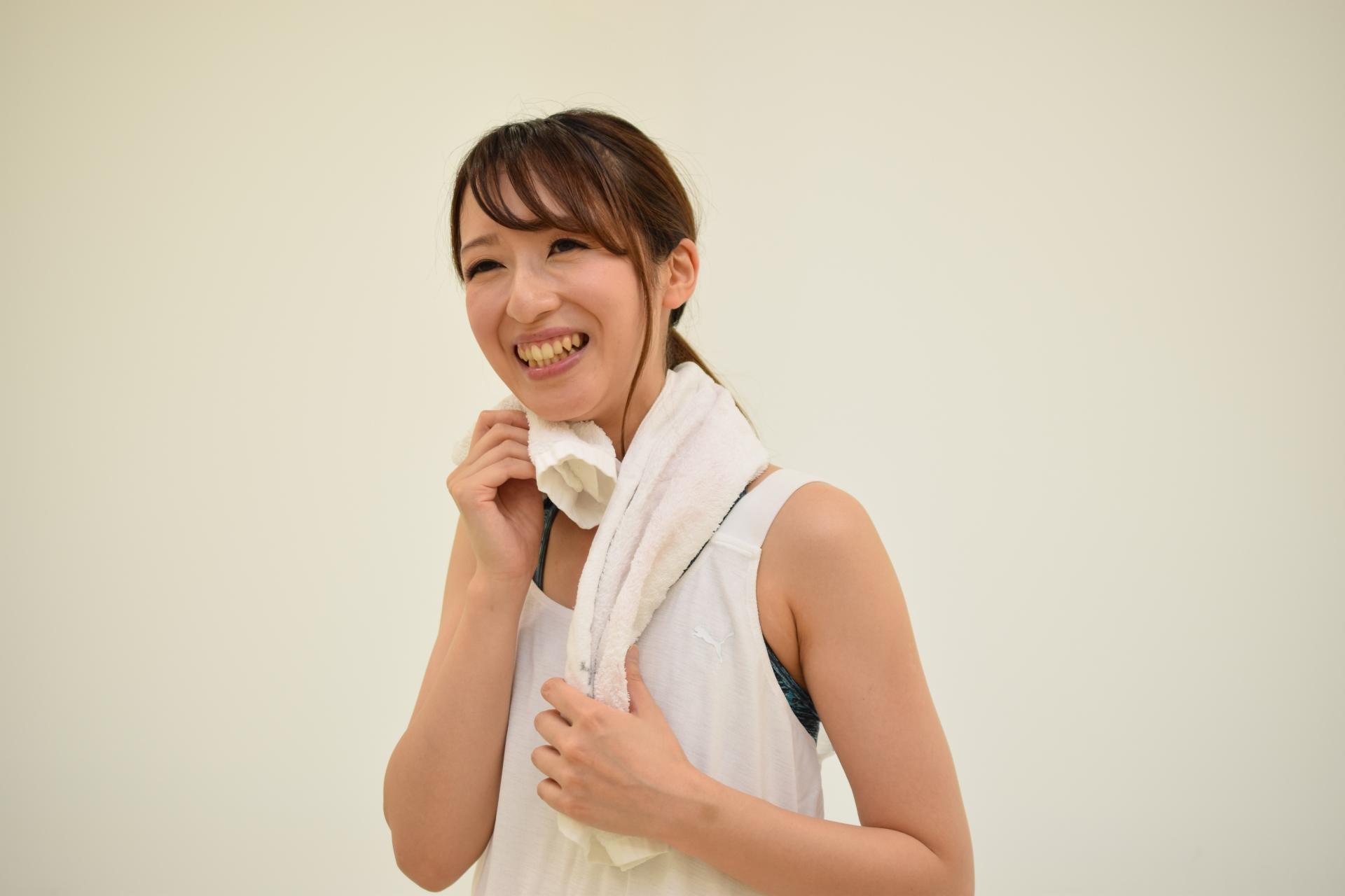 汗をかく運動をする女性