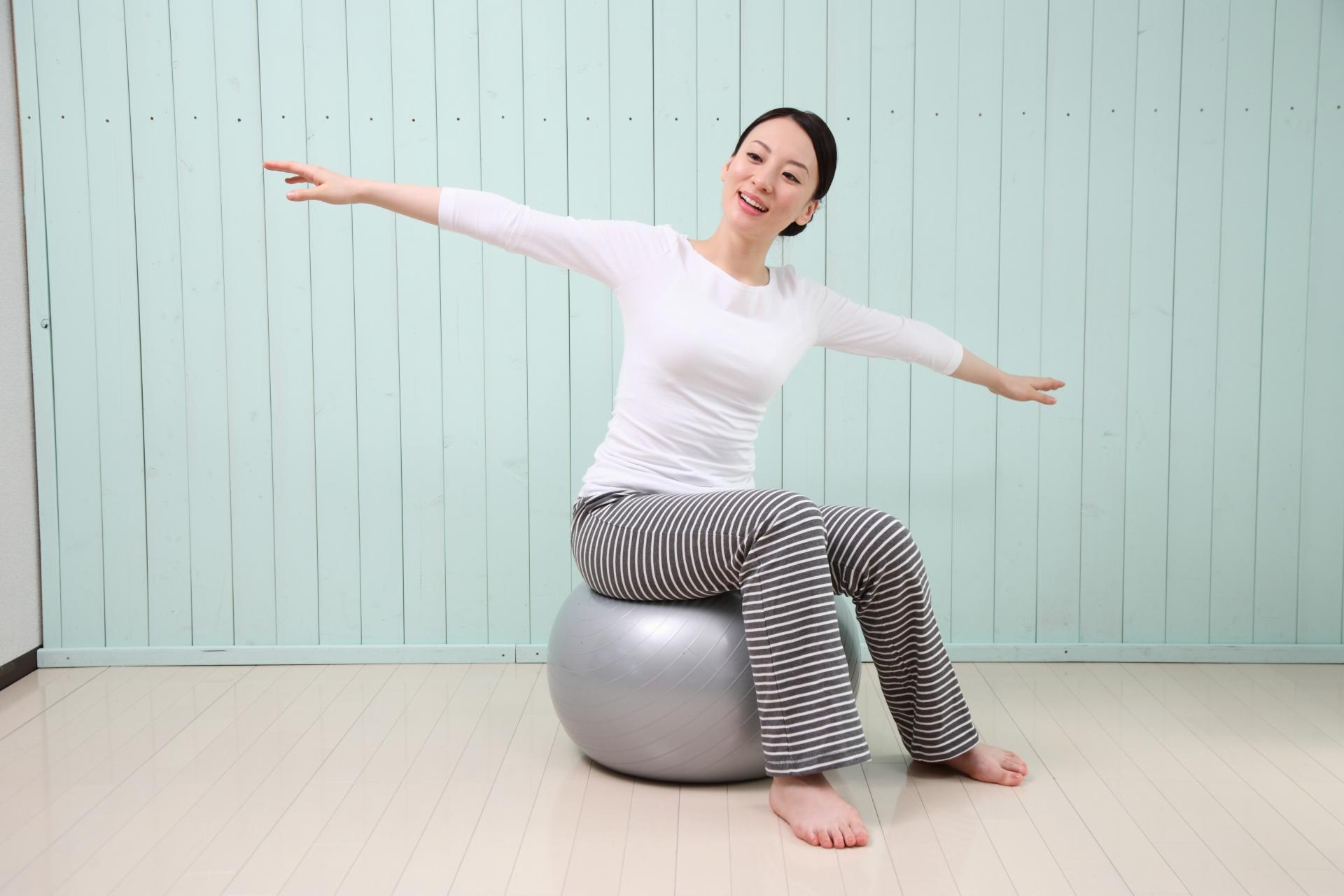 一過性脳虚血発作の予防 バランスボールに乗る女性