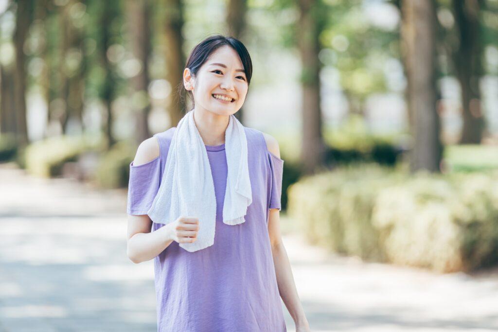 適度な運動で汗をかく女性