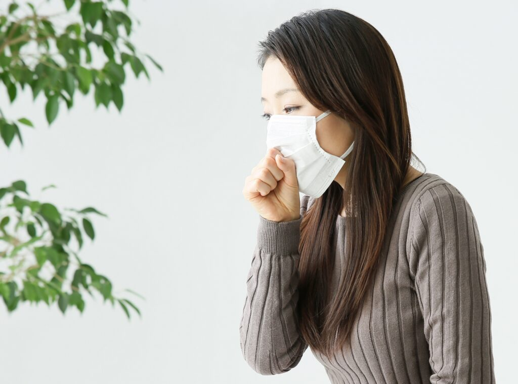 肺炎の咳で苦しむ女性