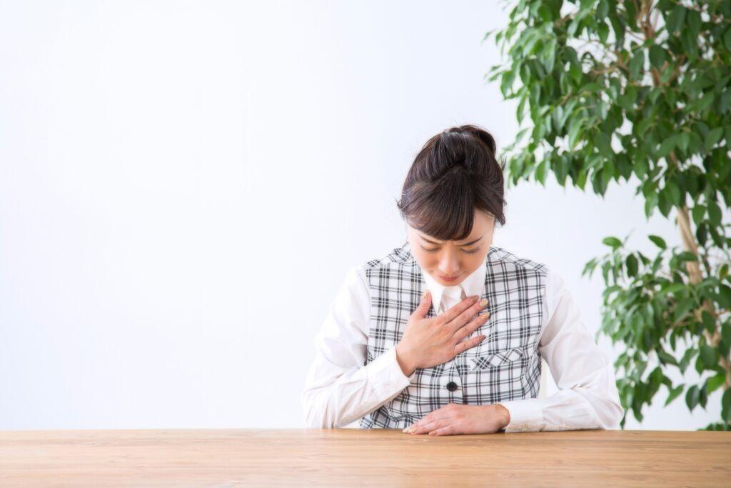 肺炎で胸が苦しい女性