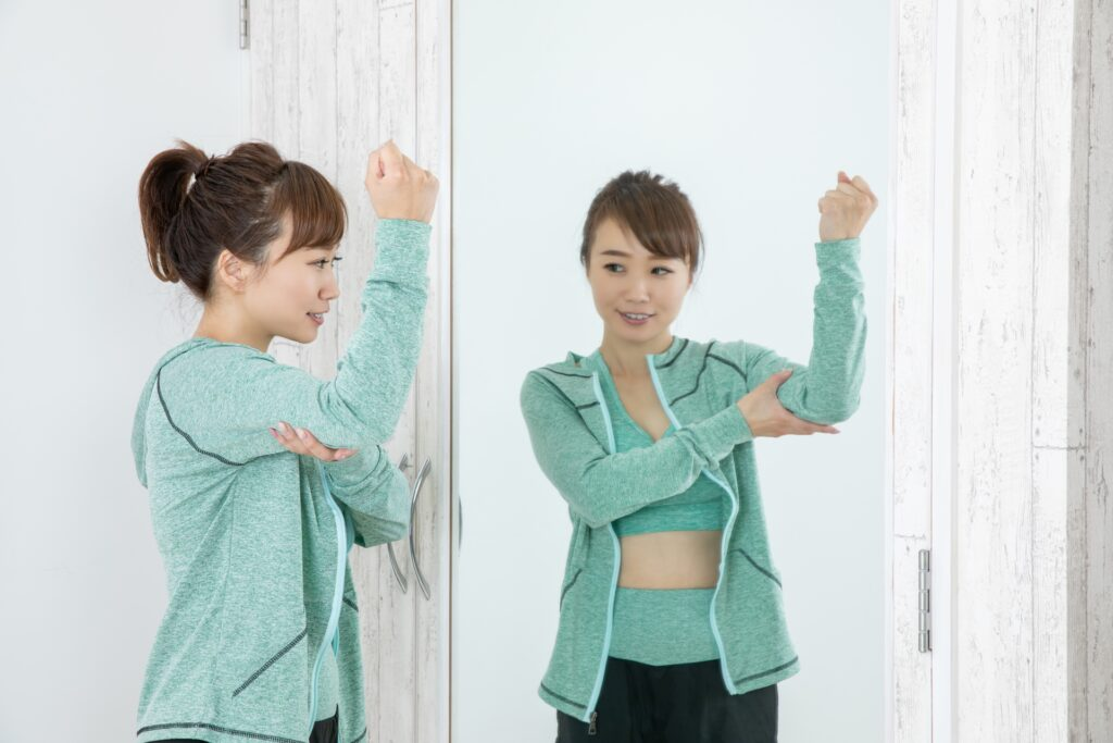 二の腕痩せの効果を確かめる女性
