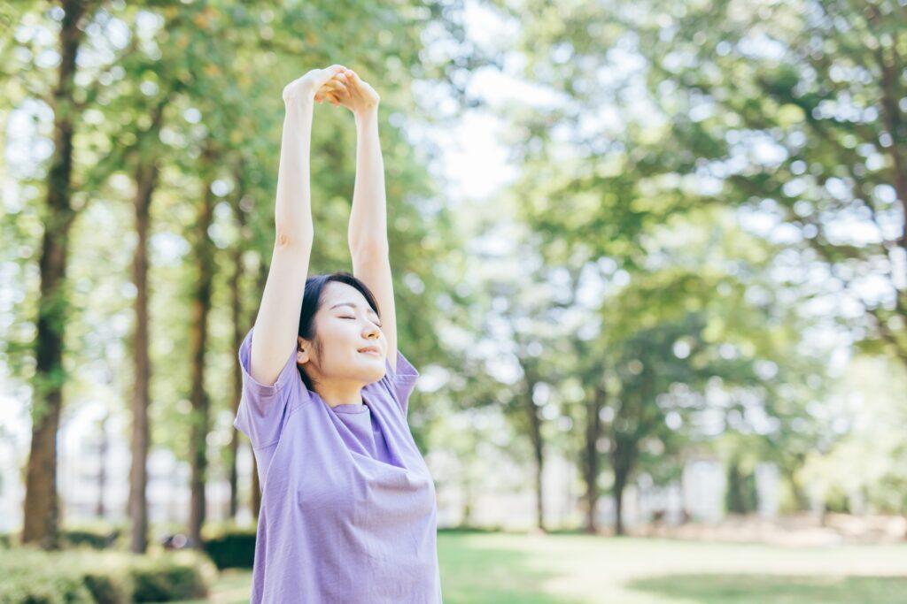 HSP 公園で伸びをする女性