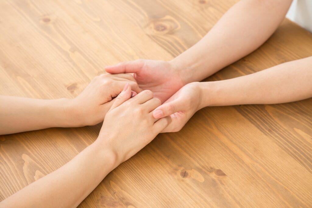 HSPとHSS 握り合う2人の手