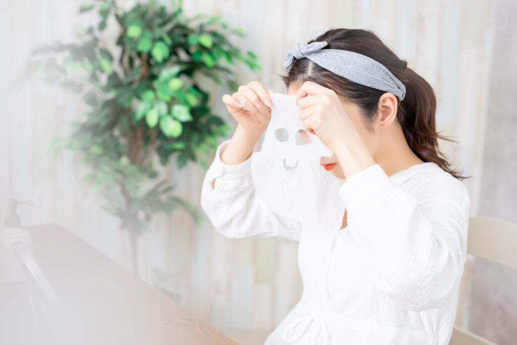 フェイスマスクを使う女性