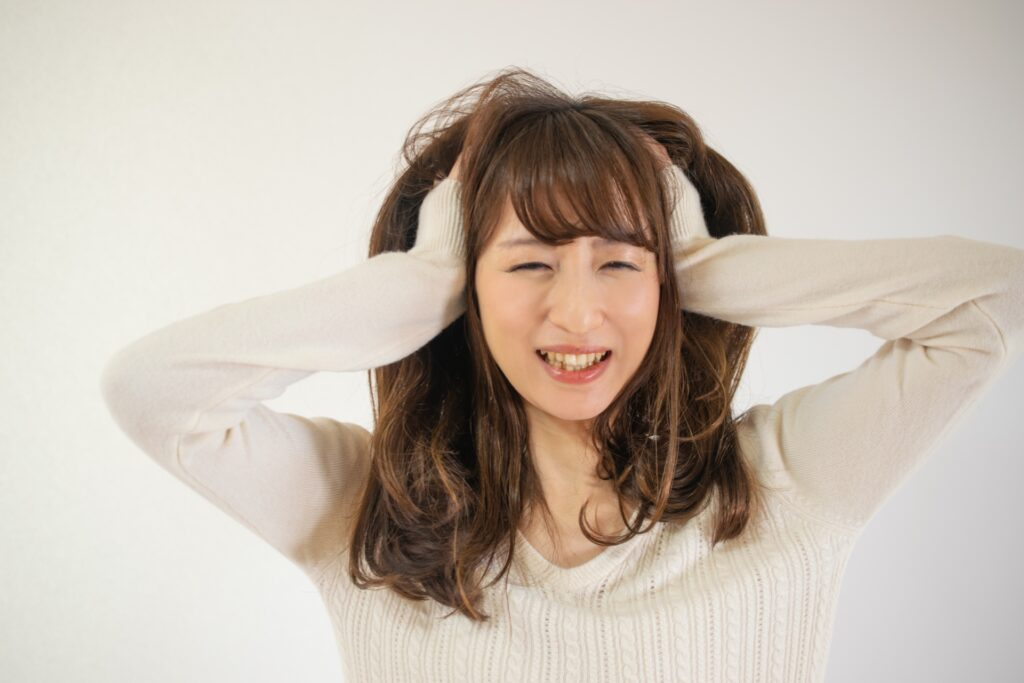 ストレス反応で頭を抱える女性