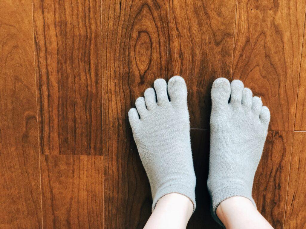 冷えのぼせ対策 5本指ソックスを履いた女性の足