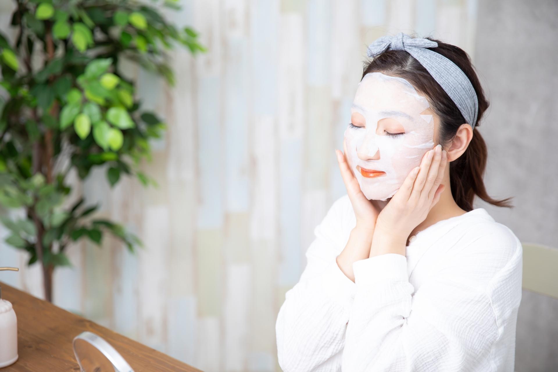 フェイスマスクをして効果を実感する女性