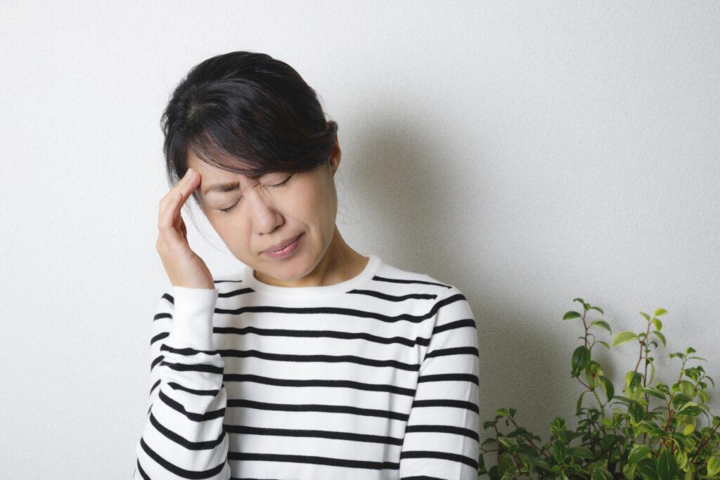 ストレス反応 頭痛の女性