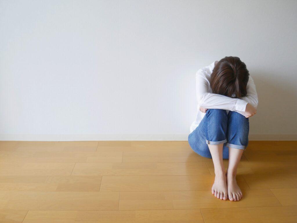 月経前症候群で具合の悪い女性